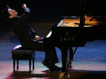 Lang Lang performing
