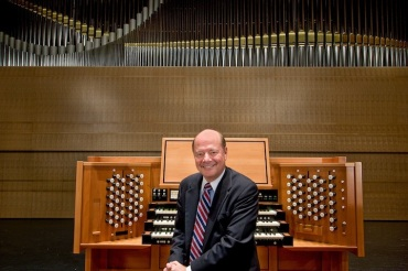 Sam Hutchison with organ (c) JoeDeMaio