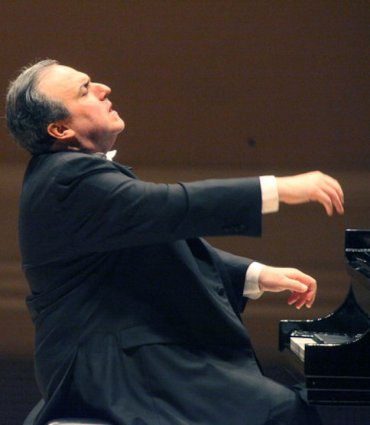 Yefim Bronfman hansd in air