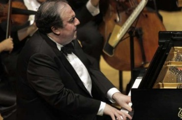 Yefim Bronfman playing a concerto