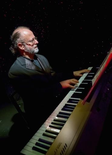 Pablo Zinger at piano