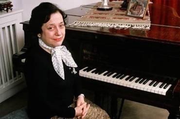 Alicia de Larrocha BIG at piano