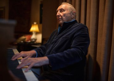 Seymour Bernstein close at keyboard