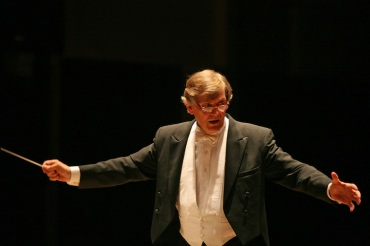Joseph Flummerfelt conducting frontal