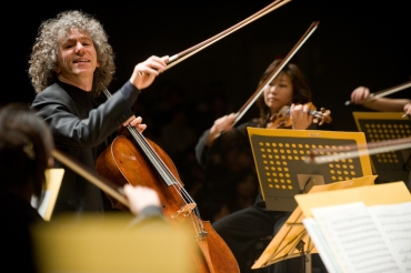 steven-isserlis-playing